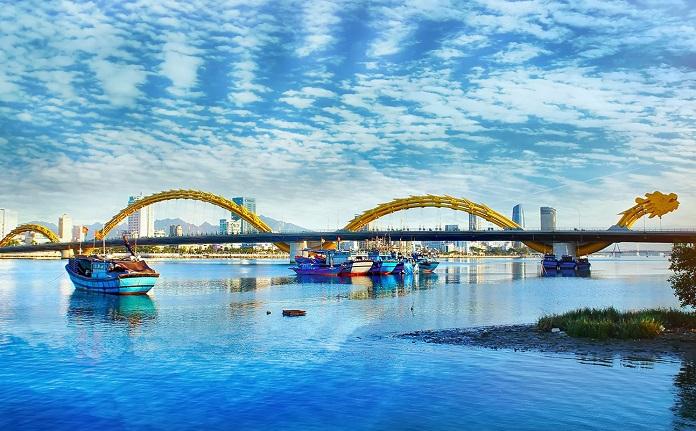 Cầu Rồng là một trong các công trình kiến trúc nổi tiếng ở Việt Nam