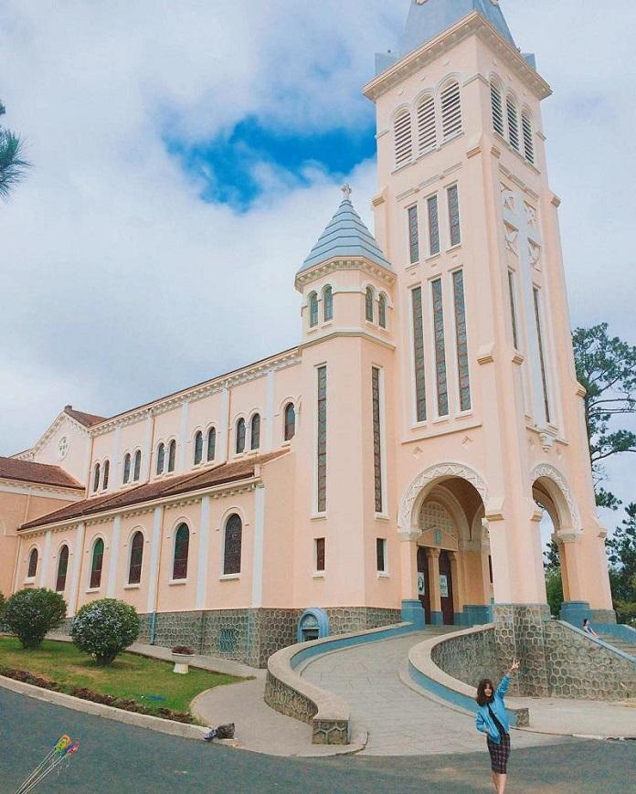 Nhà thờ Con Gà là địa điểm check in yêu thích của giới trẻ