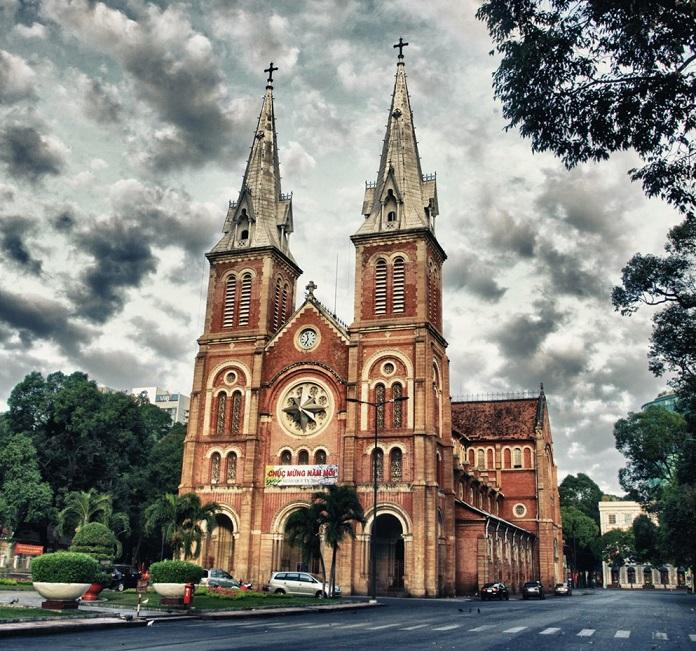 Nhà thờ Đức Bà mang lối kiến trúc Roman